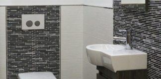 Bad mit Fliesen in schwarz-weiß