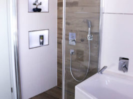 Bodenebene Dusche in Bad mit braunen Fliesen