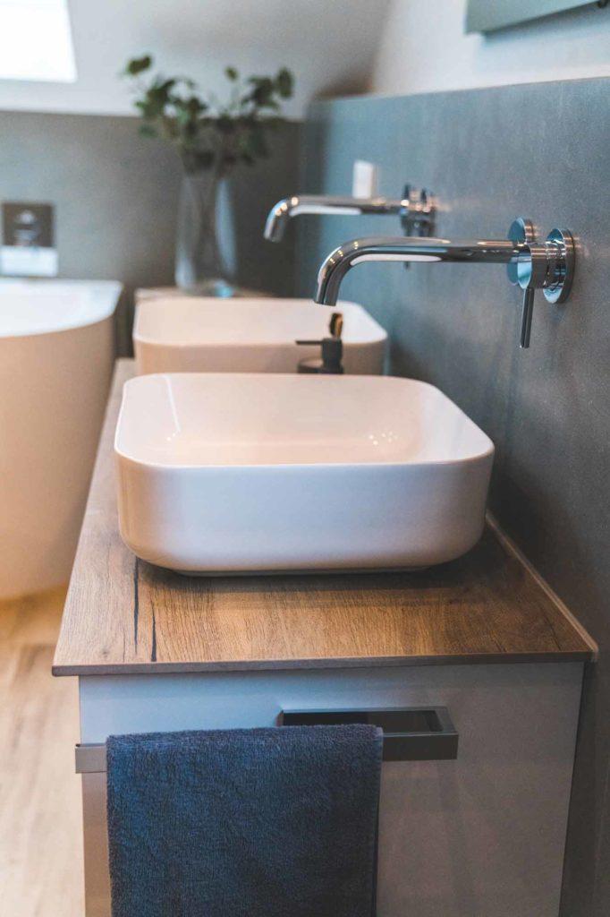 Doppelwaschbecken im Badezimmer
